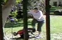 言うことを聞かない芝刈り機にめちゃくちゃキレちゃっている人