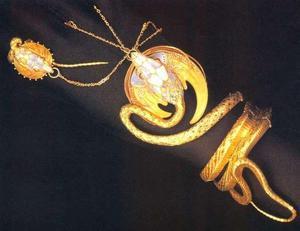 1899年の作品 「蛇の腕輪」 ジョルジュ・フーケ作、ミュシャ デザイン
