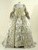 パリ市立ガリエラ・モード博物館のモード美術館所蔵のドレスは、この作品のドレスに似ていますよね。ビロードの風合に似たシュニール織りのシルク地のドレスです。