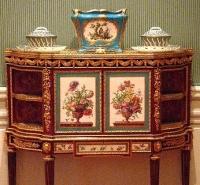 18世紀(1700s)の調度品ですが、マダム・ド・ポンパドゥール、デュ・バリー夫人、王妃マリーアントワネットにかけて活躍したMartin Carlin ( マルタン・カルラン 1730 - 1785)ですが、マルタン・カルランはデュ・バリー夫人のご愛用が多かったと記憶。写真はルイ16世の叔母にあたる、ヴィクトワール王女、アデライド王女、ソフィー王女がポンパドゥール夫人の亡き後にベルヴュ城のために注文したものと同様のマルタン・カルラン。