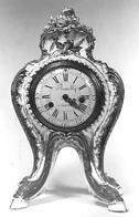 Manufacture de Sèvres メナール城のために届けられた。ロカイユの形状をもつこの置き時計はポンパドゥール婦人が好んだもの