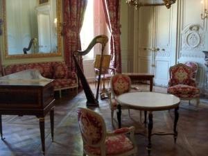 Le salon de compagnie au premier étage du Petit Trianon orné de boiseries (Guibert). Piano-forte (1790, Pascal Taskin) et ensemble de sieges (1786, Georges Jacob).by wiki
