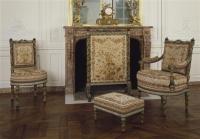 Mobilier au épis de la chambre de Marie-Antoinette au Petit Trianon par G. Jacob (1739-1814), devant la cheminée