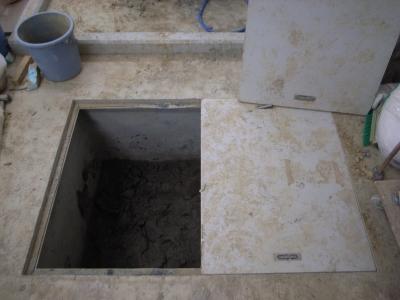 中こんな風になってます。粘土層です。深さ120cm縦横1m×2mぐらい