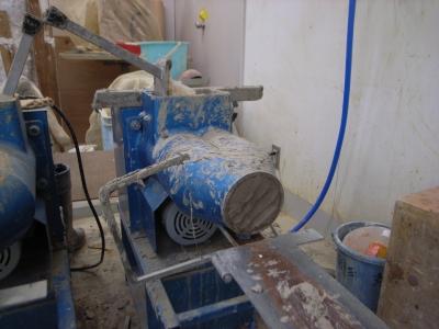 これは土練機(ドレンキ!)粘土層から出した粘土を入れると練ってくれます。実は結構パワーがあるので危険な機会です。