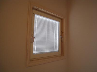 ブラインド内蔵の窓