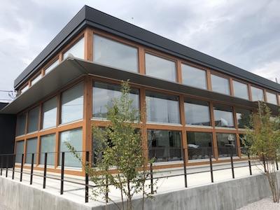3層木製窓のガラスファサード