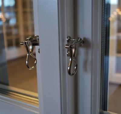 窓開閉のフック金具