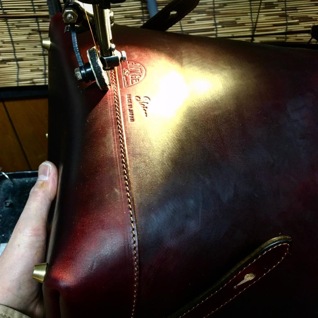 SINGER足踏みミシンでバッグを縫っているところ