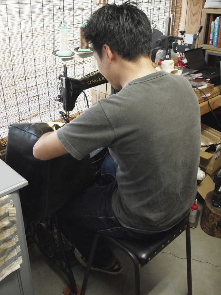 SINGER足踏みミシンで縫製中