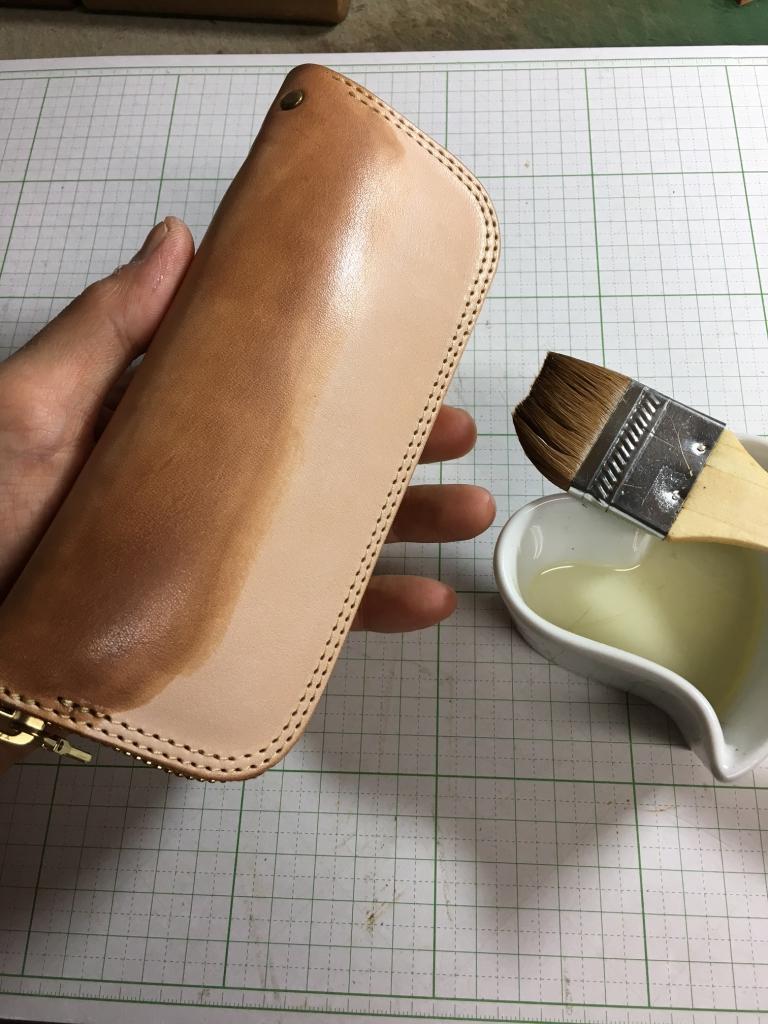 ヌメ革(サドルレザー)のペンケースにオイル塗り