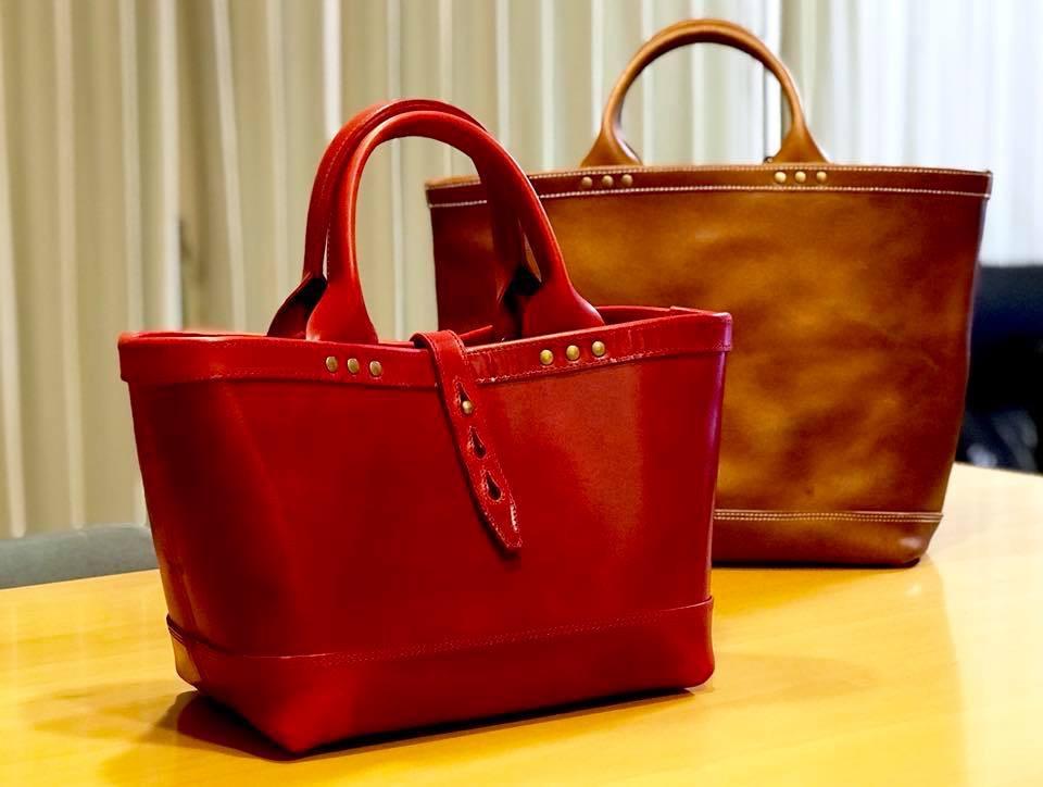 赤い革のトートバッグ