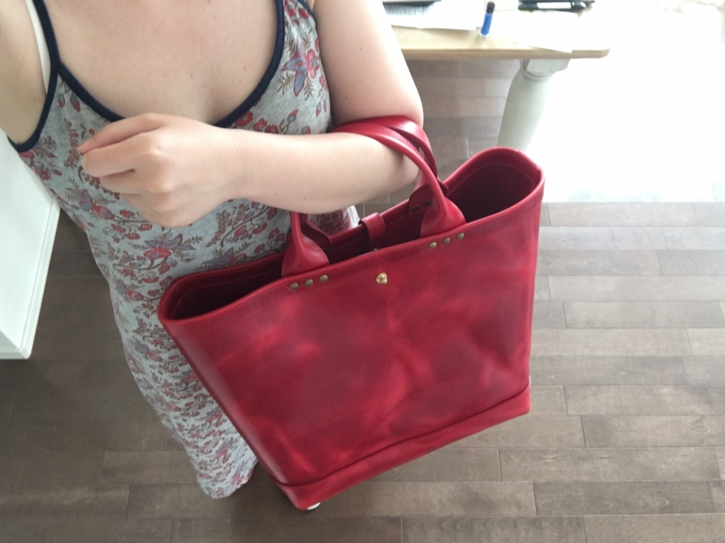 赤いトートバッグ