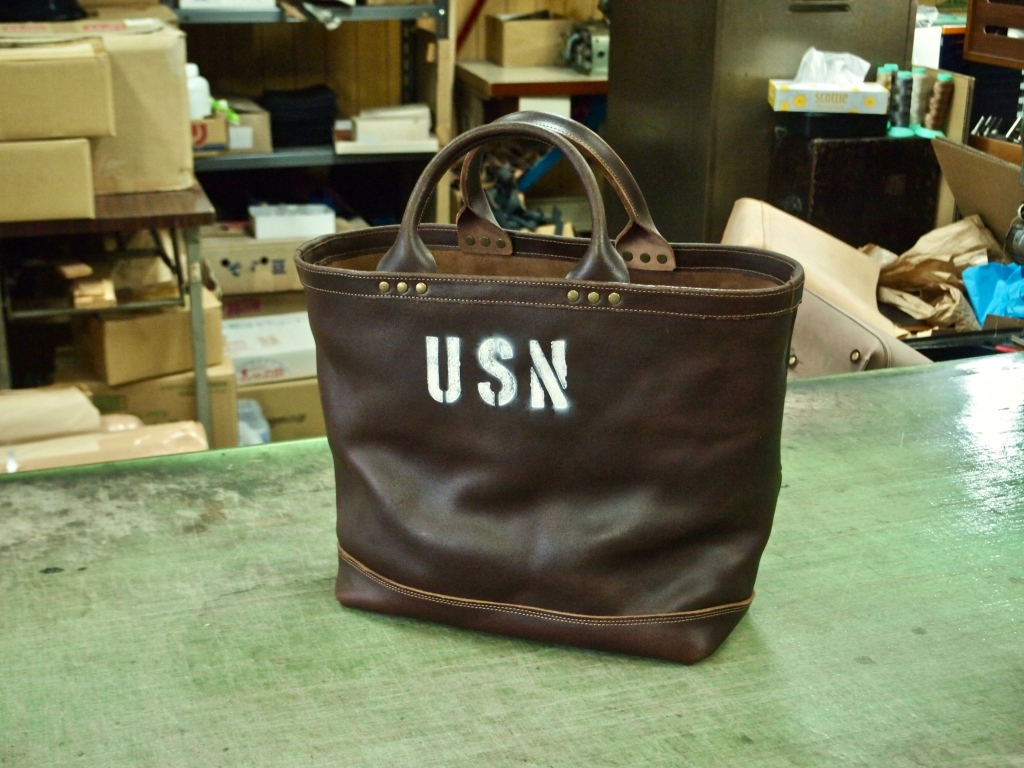 USNステンシルが入ったトートバッグ