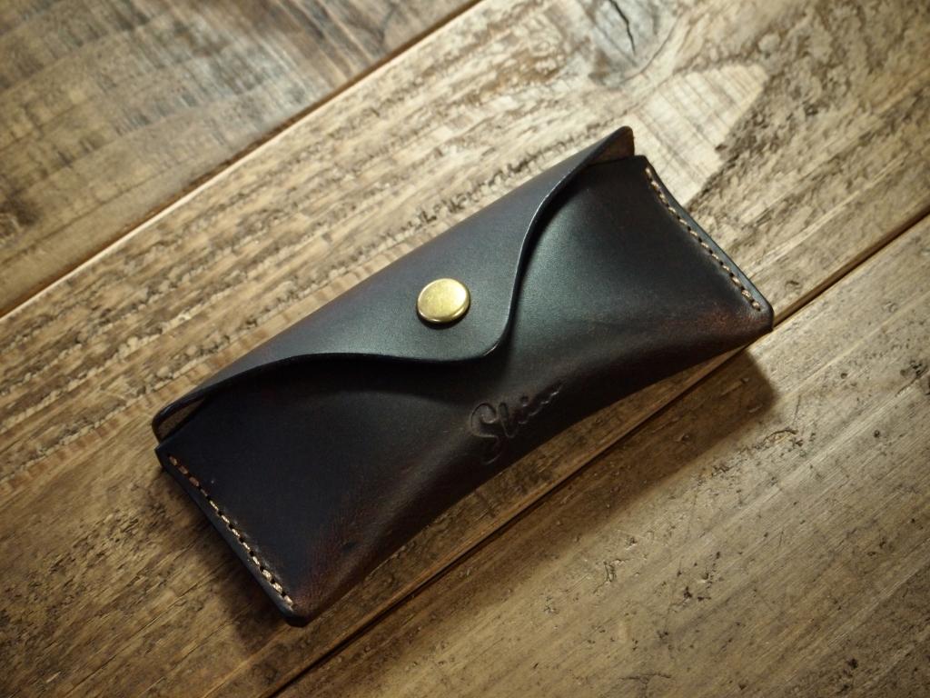 ダークブラウンのスリムコインケース