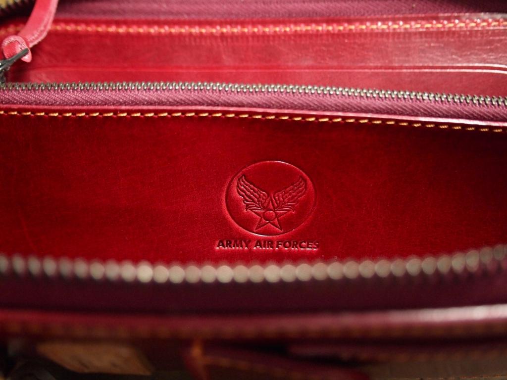 赤い革のフライトウォレット