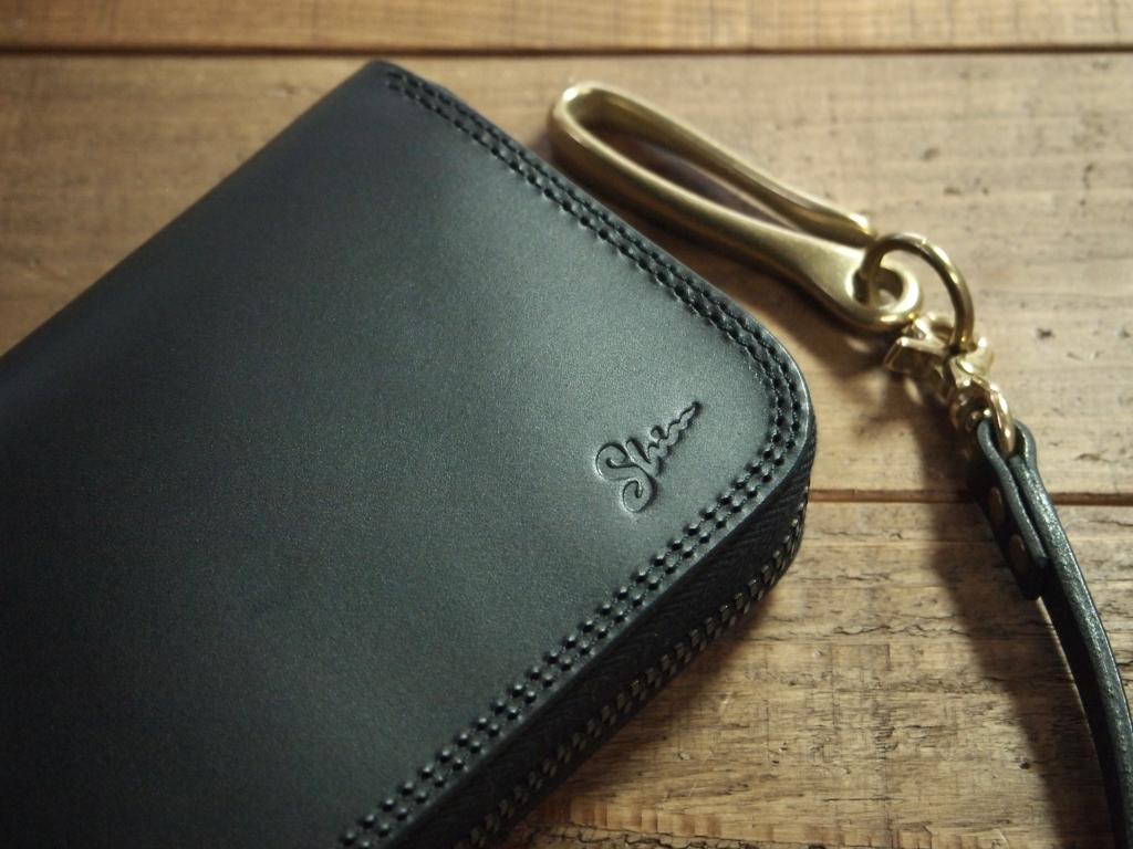 黒いブッテーロのラウンドファスナー財布