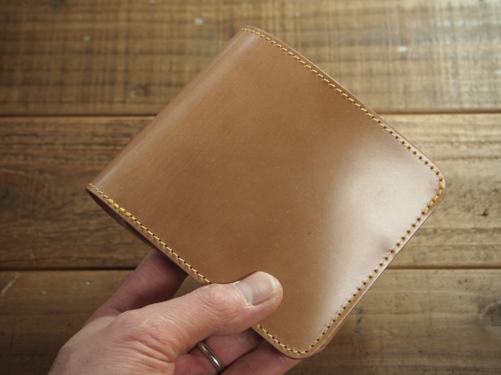 ナチュラルコードバンの二つ折り革財布(ショートウォレット)