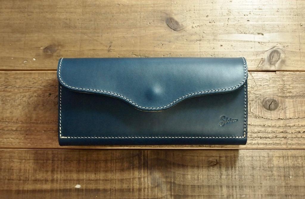 青い革(ブッテーロ)の長財布/フラップウォレット