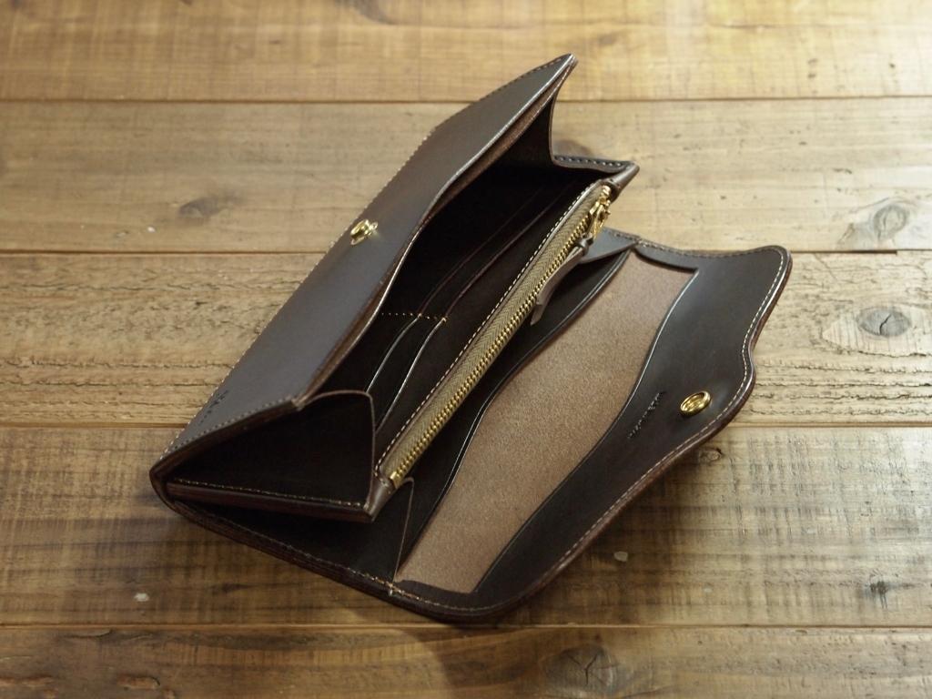 茶色い革の長財布