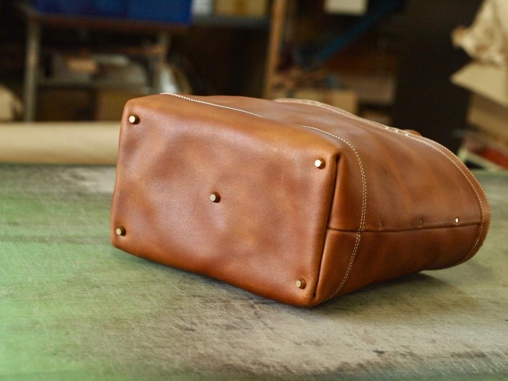 頑丈な革のトートバッグ