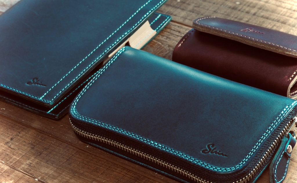 青いブッテーロの革製品