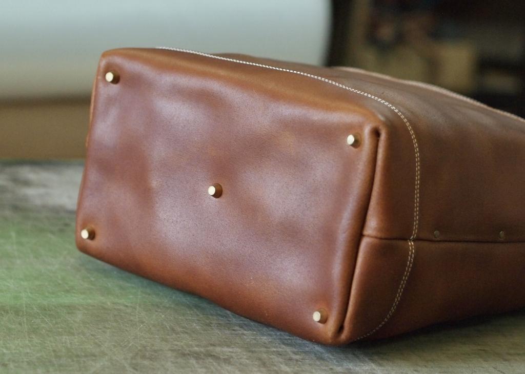 シンプル&タフな革製トートバッグ