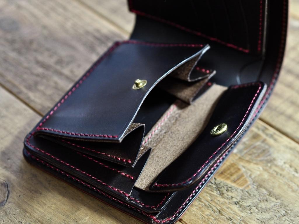 赤い革の二つ折り財布