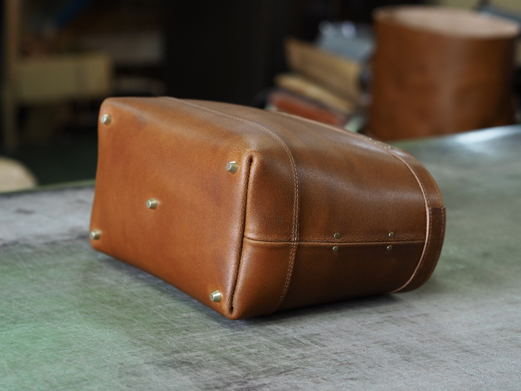 丈夫な革のトートバッグ