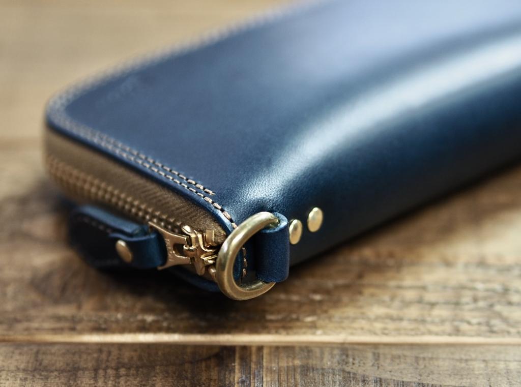 青い革(ブッテーロ)のミドルウォレット