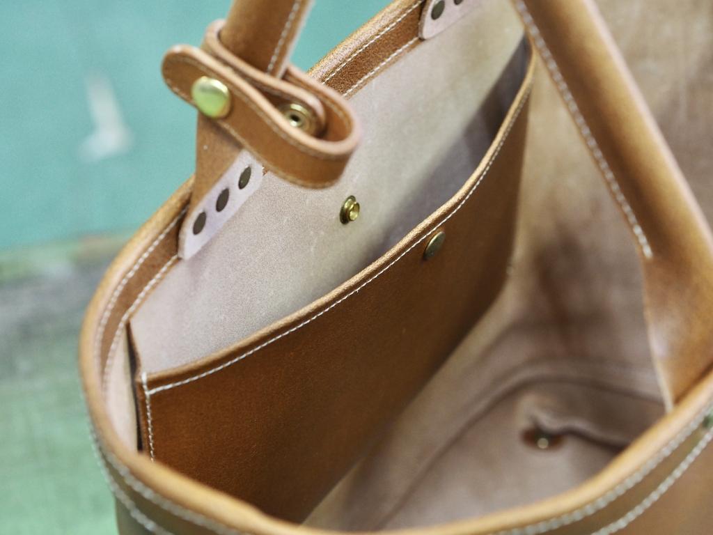 革のシンプルなトートバッグ
