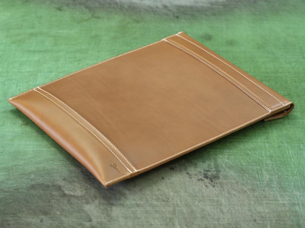 革の封筒型クラッチバッグ