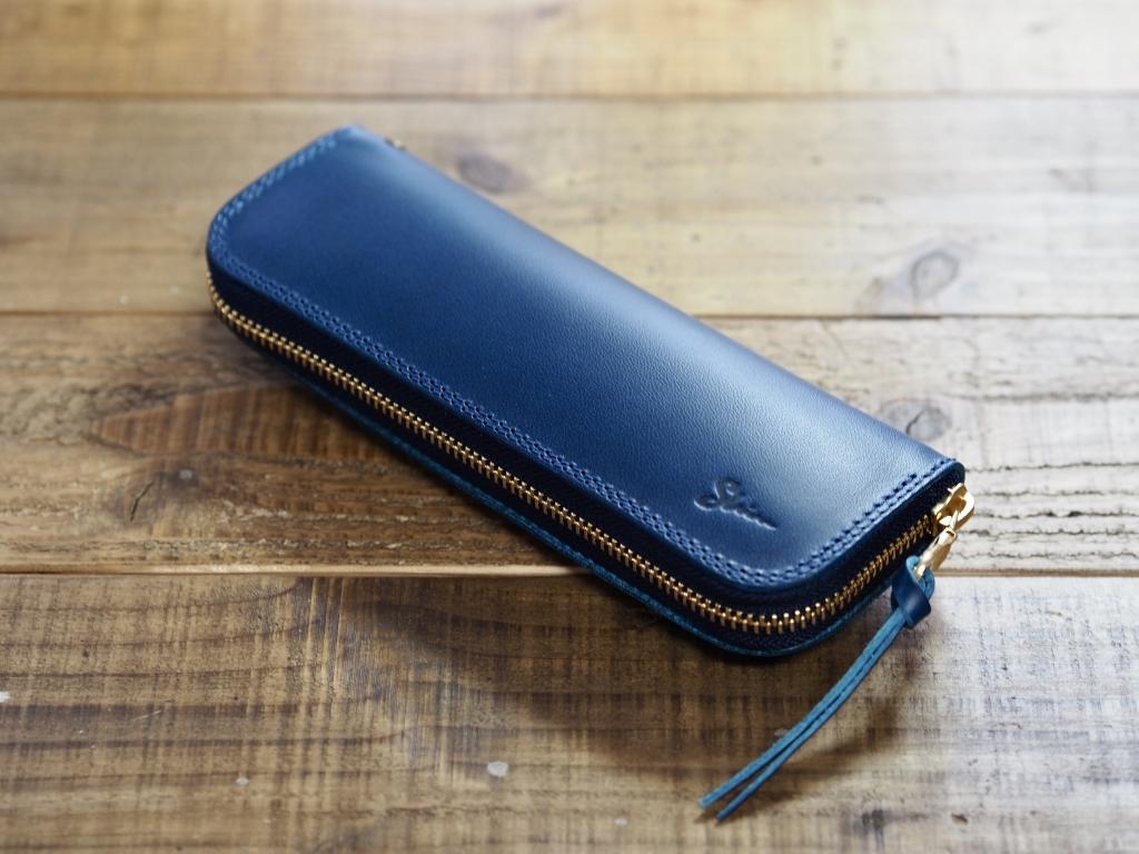青い革のペンケース