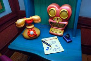 ミニーの留守番電話では、ドナルドダックのガールフレンドのディジーダックと連絡ができる
