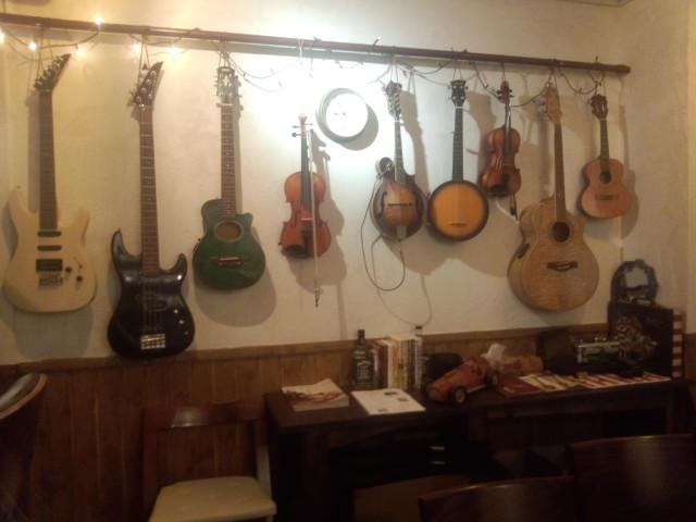 壁にギター
