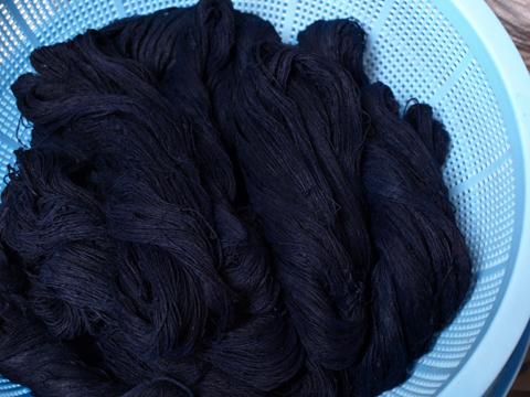 藍で染めた糸