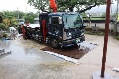 雨の中鉄板設置作業.JPG