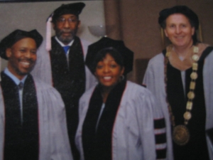 左から:Commencement honorees Kevin Eubanks,Ron Carter,and Anita Baker with President Roger Brown before the May 7 ceremony.