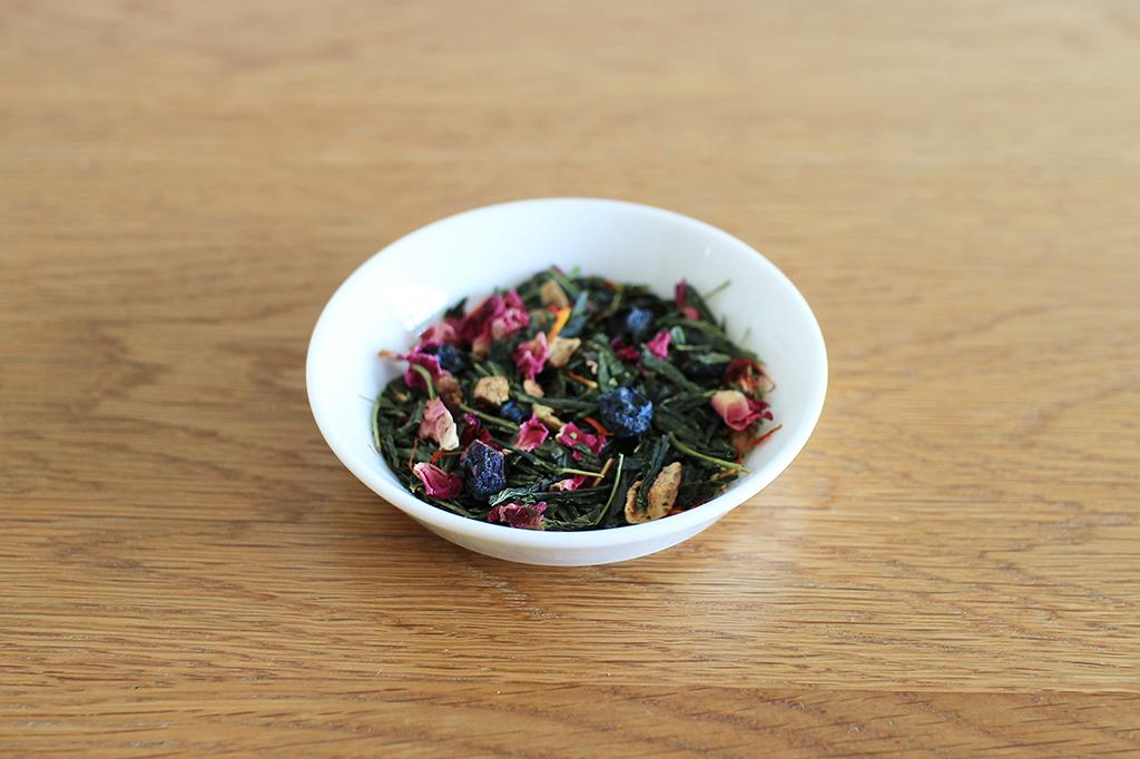 ドライブルーベリーやアップルピールを含む茶葉