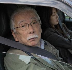 おじいちゃんが若い女の子におろおろ「ライク・サムワン・イン・ラブ」/奥野匡