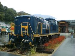 駅前のディーゼル機関車