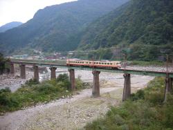 川を渡る立山線の電車