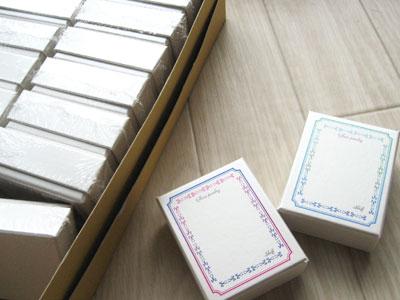 ガラスとゴールドフィルド(14kgf)を使ったアクセサリーをお買い上げされた時に梱包する小さな箱を作りました。