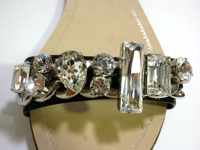 MIUMIUのクリスタルビジュー付き、サンダル靴イタリア 買付け品 新品今、大人気のビジュー付きサンダル靴表面にキズ有りサイズ 35ハーフ価格  38,000