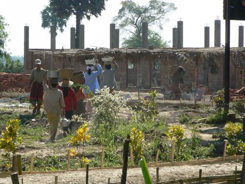 校舎建設の進み状況&労力協力の村人