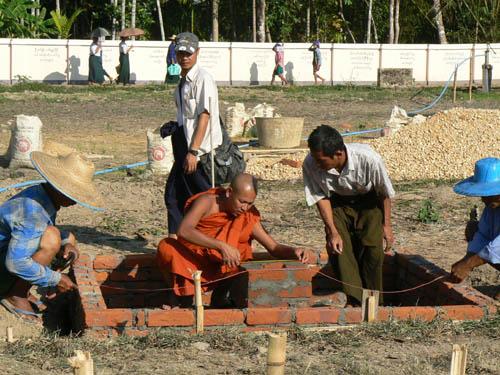 指導僧侶自身も校舎建設に携わる