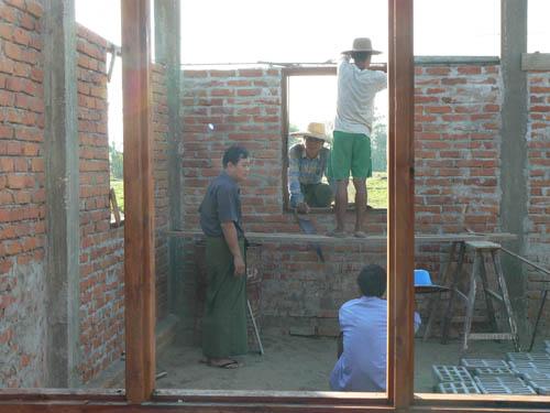 建設現場で厳しく指揮をとるU Ye Myint氏