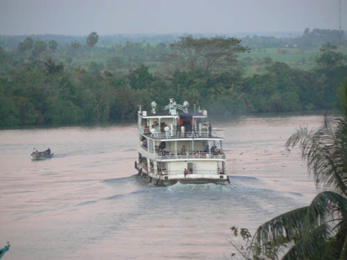 ミャウンミャ〜ヤンゴンを結ぶ水路の船