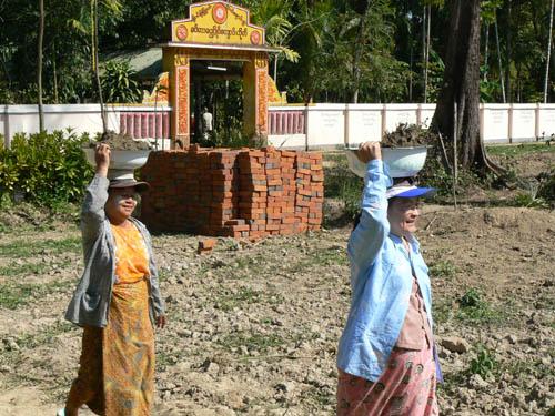 校舎建設用の砂運びに労力協力し、功徳を積む