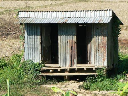 学校の古いトイレ